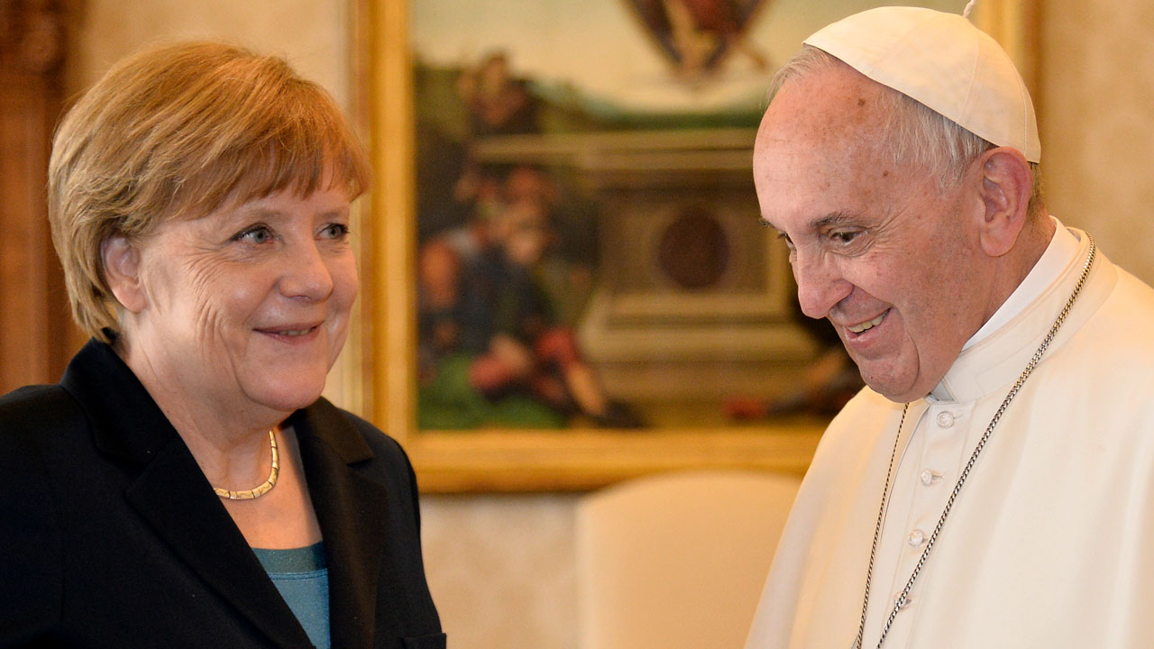 German Chancellor Angela Merkel (L) talks with Pope Francis during a private audience on May 6, 2016 at the Vatican. Merkel is in Rome to take part in a ceremony for the awarding of Germany's famed Charlemagne Prize to Pope Francis, given to public figures in recognition of contribution to European unity. / AFP PHOTO / ALBERTO PIZZOLI