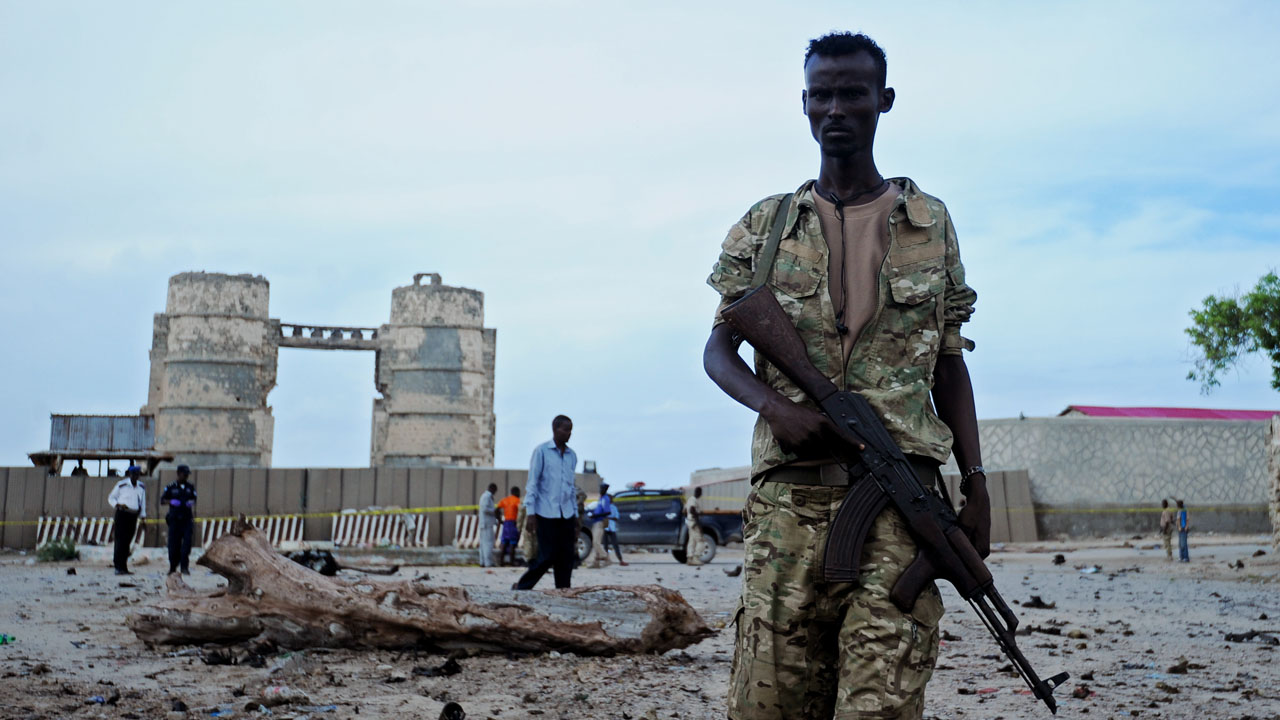 EDITORS NOTE: Graphic content / Somali security forces personnel move in to secure the area at the scene of a car bomb explosion in Mogadishu, Somalia on May 9,2016.  Islamic jihadists killed three police officers in a bomb and gun attack on a police station in the Somali capital, city authorities said. / AFP PHOTO / MOHAMED ABDIWAHAB