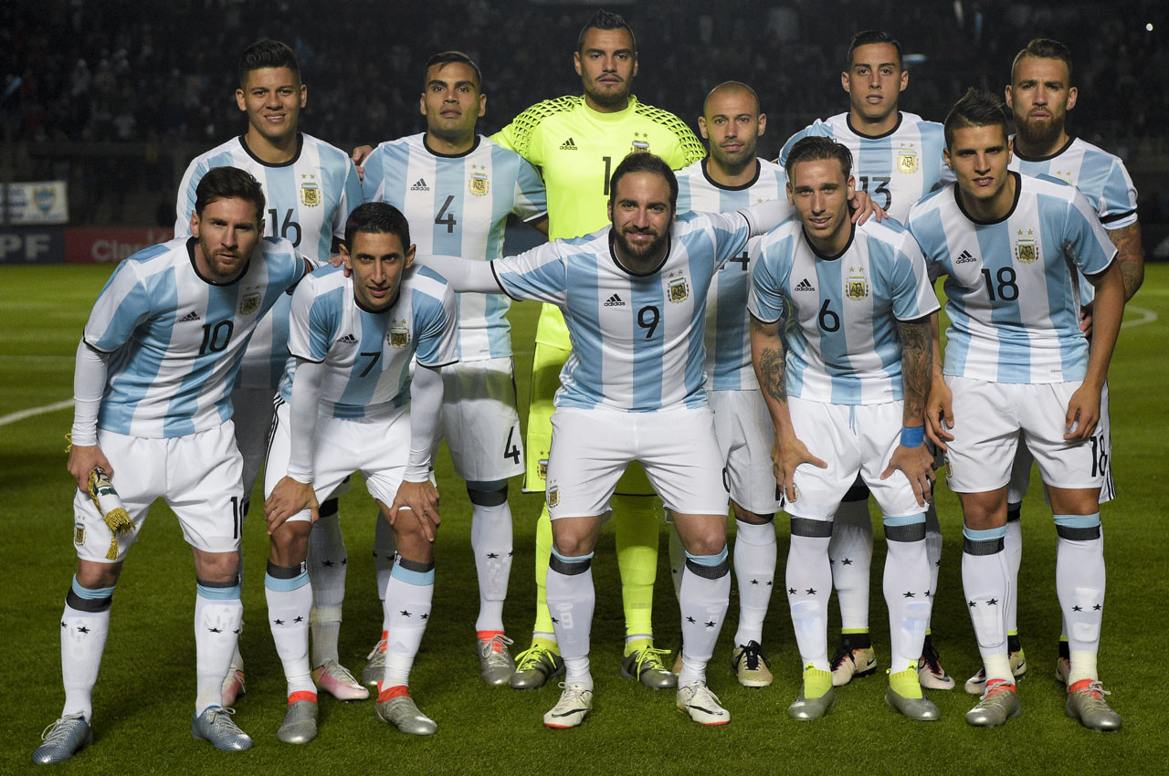Argentina's football team pose before a friendly match against Honduras at Bicentenario stadium in San Juan, some 1110 Km west of Buenos Aires on May 27, 2016. / AFP PHOTO / EITAN ABRAMOVICH