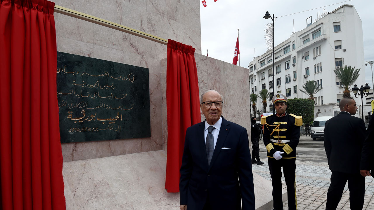 Tunisian President Beji Caid Essebsi inaugurates the statue of Habib Bourguiba on June 1, 2016 in Tunis, after it was moved back to its original location following its removal from La Goulette, the main entrance on the northern outskirts of the capital.  / AFP PHOTO / FETHI BELAID