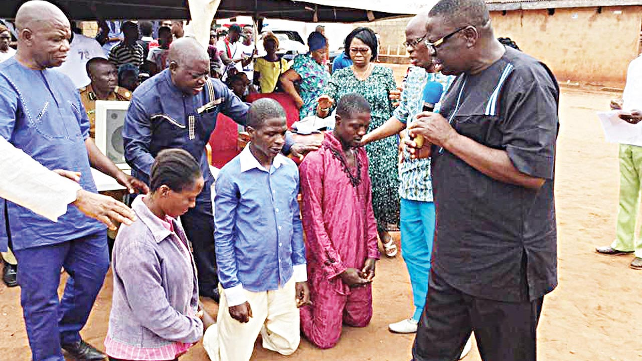 Bishop Okpebholo praying for the three inmates before their release