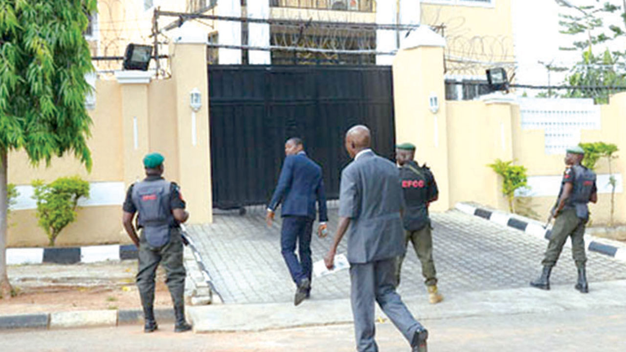 •Operatives of the Economic and Financial Crimes Commission (EFCC) in front of former Minister of Aviation, Mr. Femi Fani-Kayode's house in Abuja