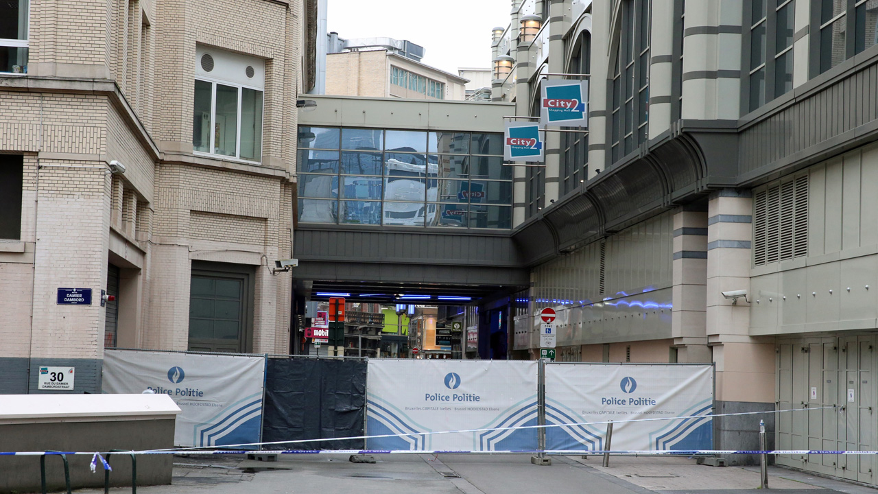 This photo shows the cordoned-off area at the scene of a bomb alert in the City2 shopping mall in the Rue Neuve in the city center of Brussels, on June 21, 2016. An anti-terror operation was underway at a shopping centre in central Brussels on Tuesday, Belgian prosecutors told the Belga News agency, adding that one suspect had been arrested. / AFP PHOTO / Belga / NICOLAS MAETERLINCK / Belgium OUT