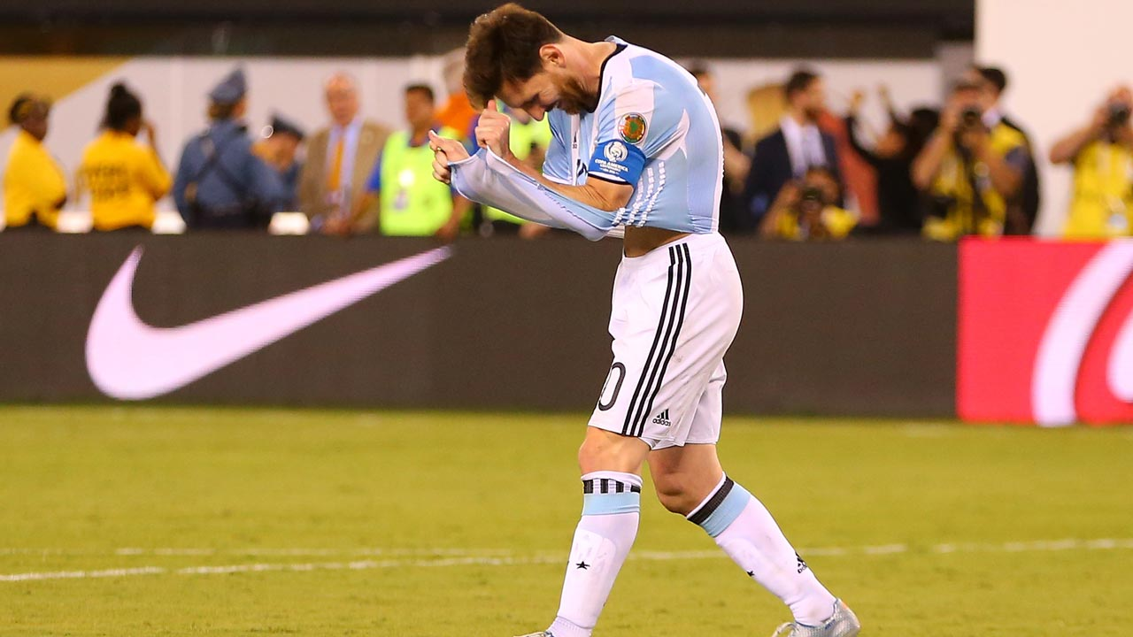 EAST RUTHERFORD, NJ - JUNE 26: Lionel Messi #10 of Argentina reacts after missing a penalty kick against Chile during the Copa America Centenario Championship match at MetLife Stadium on June 26, 2016 in East Rutherford, New Jersey. Chile defeated Argentina 4-2 in penalty kicks. Mike Stobe/Getty Images/AFP