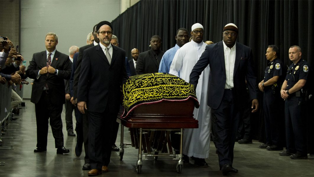 Pallbearers escort the casket of boxing legend Muhammad Ali during the Jenazah prayer service at Freedom Hall on June 9, 2016 in Louisville, Kentucky. / AFP PHOTO / JIM WATSON