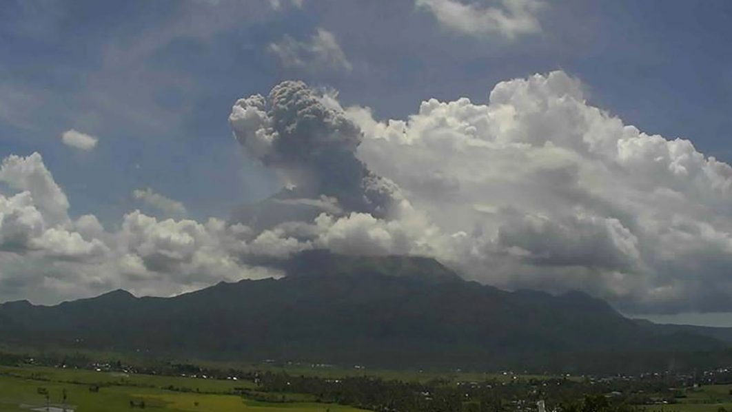 """A handout video grab photo from a CCTV footage taken on June 10, 2016 by Philippine Institute of Volcanology and Seismology (PHIVOLCS) shows plume of ash from Mount Bulusanin the rural Sorsogon province, south of Manila.   A volatile volcano in the eastern Philippines sent a spectacular column of ash and steam high into the sky on Friday. / AFP PHOTO / PHILIPPINES INSTITUTE OF VOLCANO / RESTRICTED TO EDITORIAL USE - MANDATORY CREDIT """"AFP PHOTO / / HANDOUT / PHILIPPINES INSTITUTE OF VOLCANOLOGY AND SEIMOLOGY"""" - NO MARKETING NO ADVERTISING CAMPAIGNS - DISTRIBUTED AS A SERVICE TO CLIENTS"""