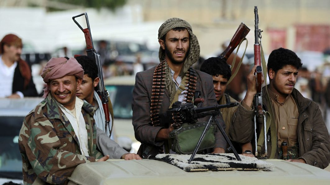 Armed tribesmen, loyal to the Shiite Huthi rebels / AFP PHOTO / MOHAMMED HUWAIS