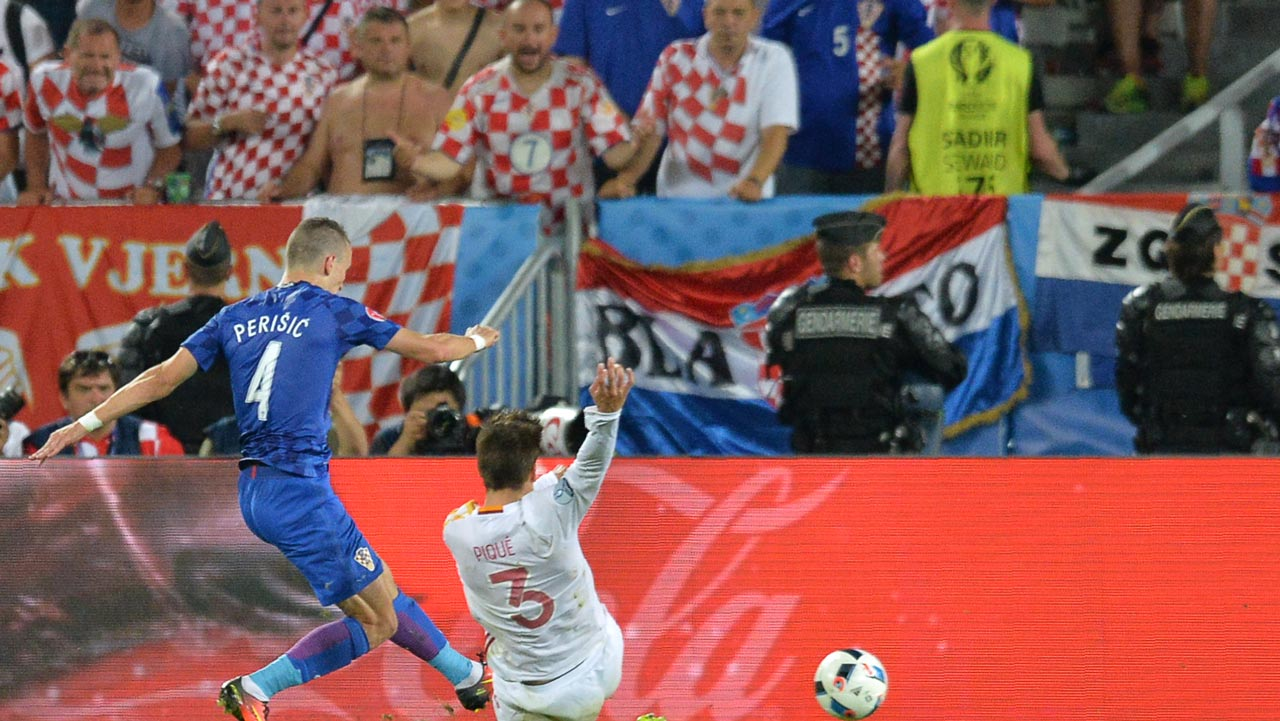 Croatia's midfielder Ivan Perisic (L) scores his team's second goal during the Euro 2016 group D football match between Croatia and Spain at the Matmut Atlantique stadium in Bordeaux on June 21, 2016. NICOLAS TUCAT / AFP