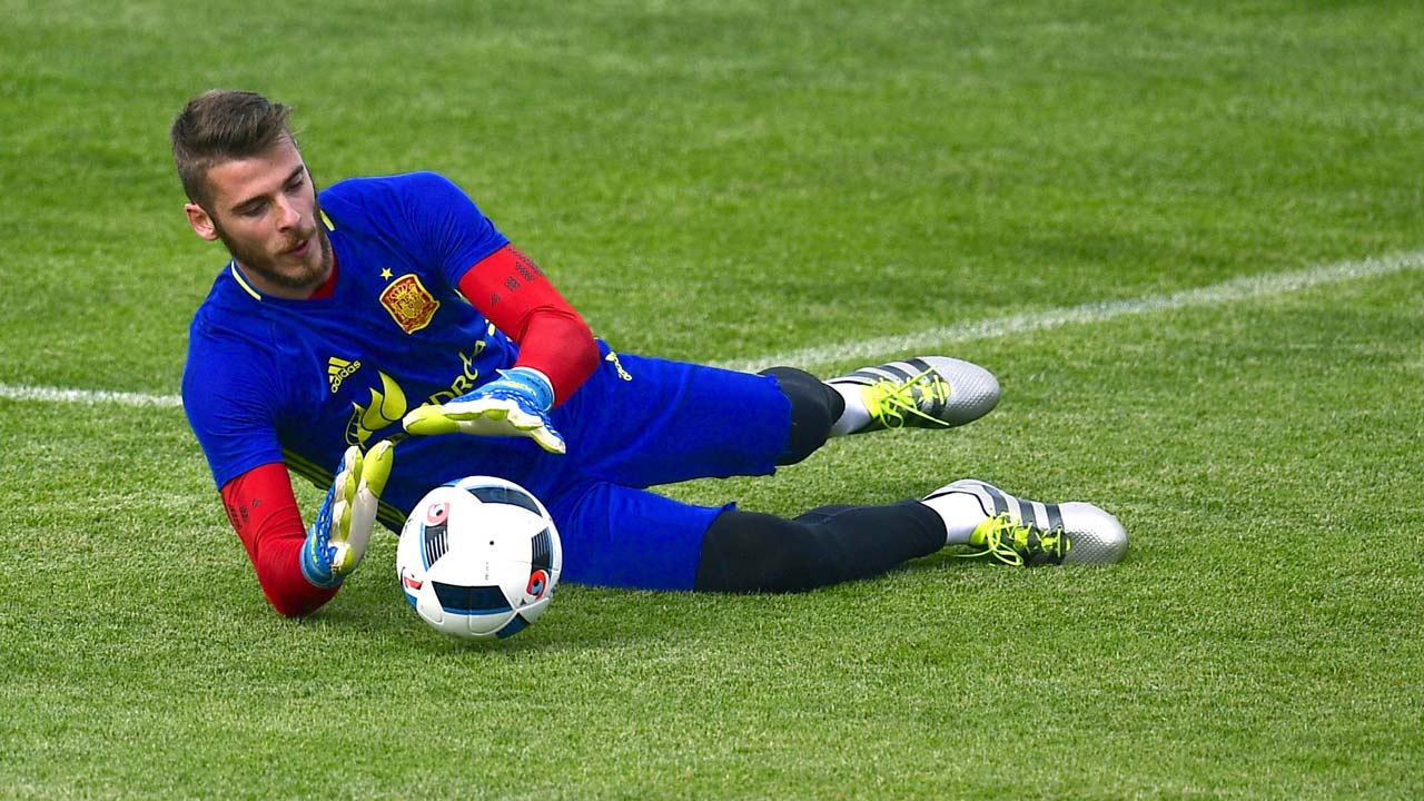 Spain's goalkeeper David De Gea stops a ball during a training session at Saint Martin de Re's stadium on June 10, 2016, prior the start of the Euro 2016 football tournament.  PIERRE-PHILIPPE MARCOU / AFP
