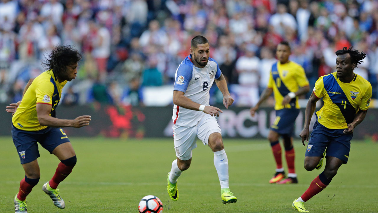 USA's Clint Dempsey (C) drives the ball during their Copa America Centenario football tournament quarterfinal match against Ecuador, in Seattle, Washington, United States, on June 16, 2016. Jason REDMOND / AFP