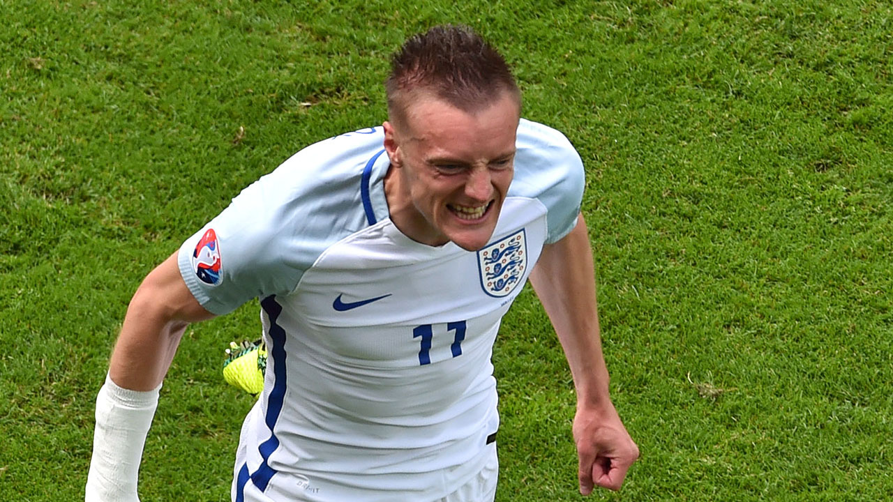 England's forward Jamie Vardy celebrates after scoring the 1-1 during the Euro 2016 group B football match between England and Wales at the Bollaert-Delelis stadium in Lens on June 16, 2016. / AFP PHOTO / PHILIPPE HUGUEN
