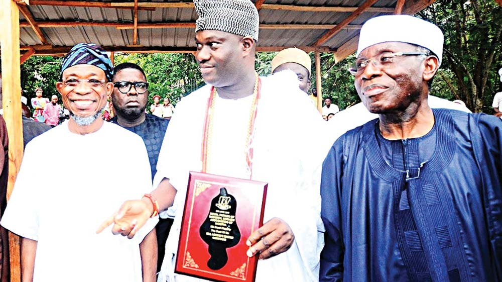 Osun State Governor, Rauf Aregbesola (left); Ooni of Ife, Oba Enitan Adeyeye Ogunwusi and Minister of Agriculture, Audu Ogbeh, during the kick-off of the 2016 cashew planting season at Ogudu Village, Ife East Local Council, Osun State.