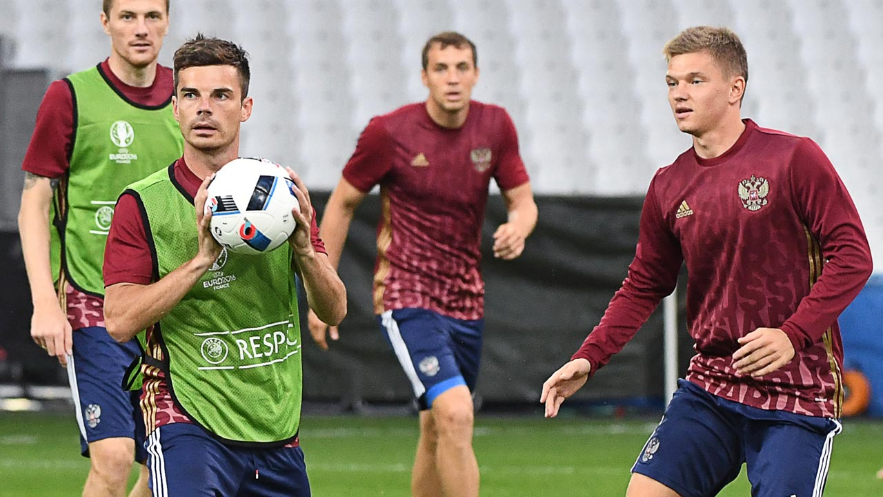 Russia's midfielder Artur Yusupov (L) holds the ball during a training in session at the Velodrome Stadium in Marseille, southeastern France, on June 10, 2016, on the eve of their Euro 2016 football match against England. BORIS HORVAT / AFP