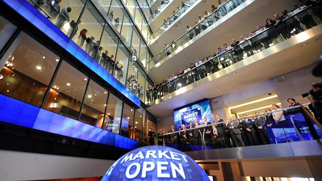 Traders on the floor of London Stock Exchange