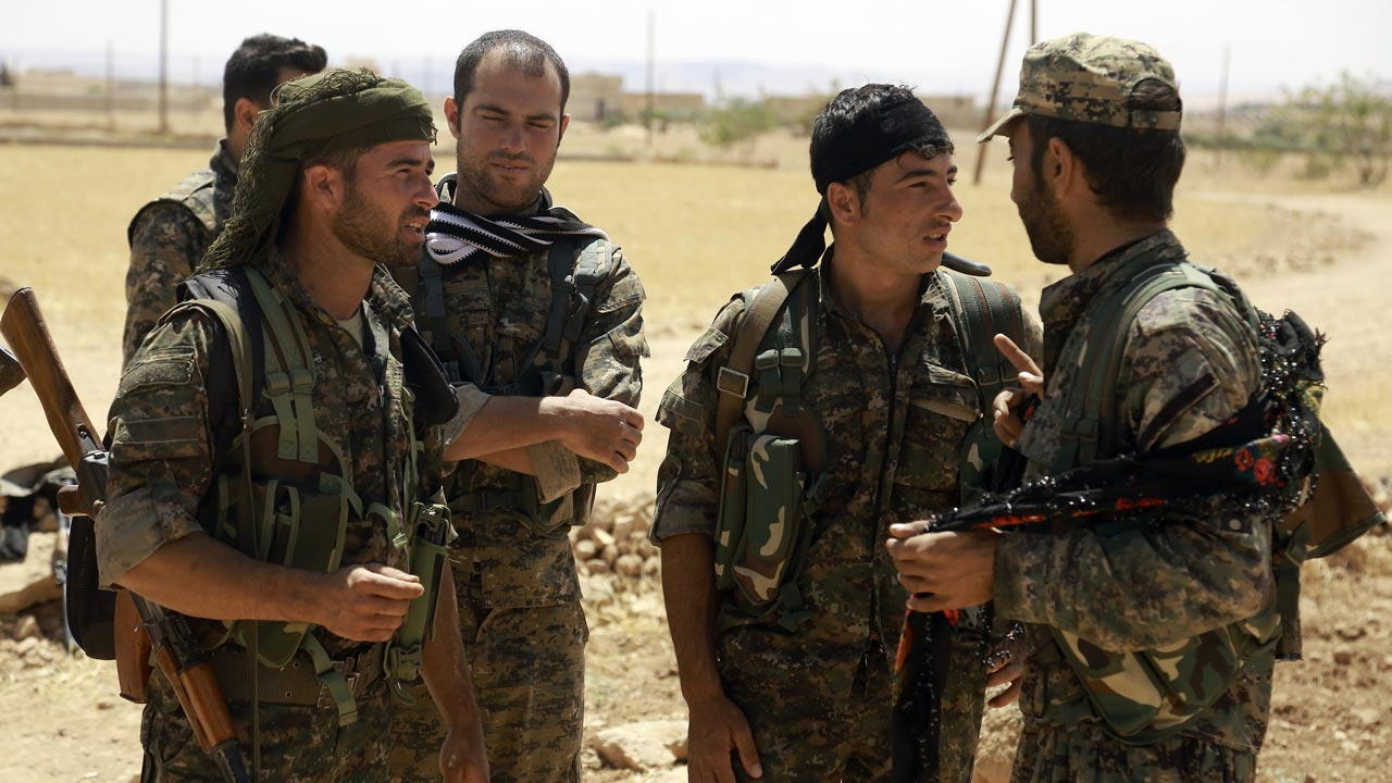 Fighters from the Syrian Democratic Forces (SDF) . DELIL SOULEIMAN / AFP