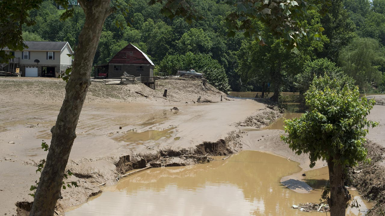 FALLING ROCK, WV - JUNE 25: Farm land and crops are covered by mud from the flooding of the Elk River on June 25, 2016 in Falling Rock, West Virginia. The flooding of the Elk River claimed the lives of at least 23 people in West Virginia. Ty Wright/Getty Images/AFP  TY WRIGHT / GETTY IMAGES NORTH AMERICA / AFP