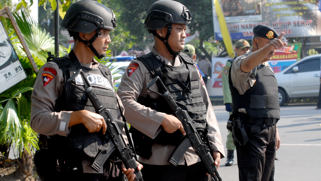 Indonesian police stand guard outside a police station in the Indonesian city of Solo on July 5, 2016 after a suicide bomber riding a motorbike blew himself up in an attack on a police station. Indonesia, the world's most populous Muslim-majority nation, has suffered several Islamic extremist attacks in the past 15 years, including the 2002 Bali bombings that killed 202 people. / AFP PHOTO / ANWAR MUSTAFA