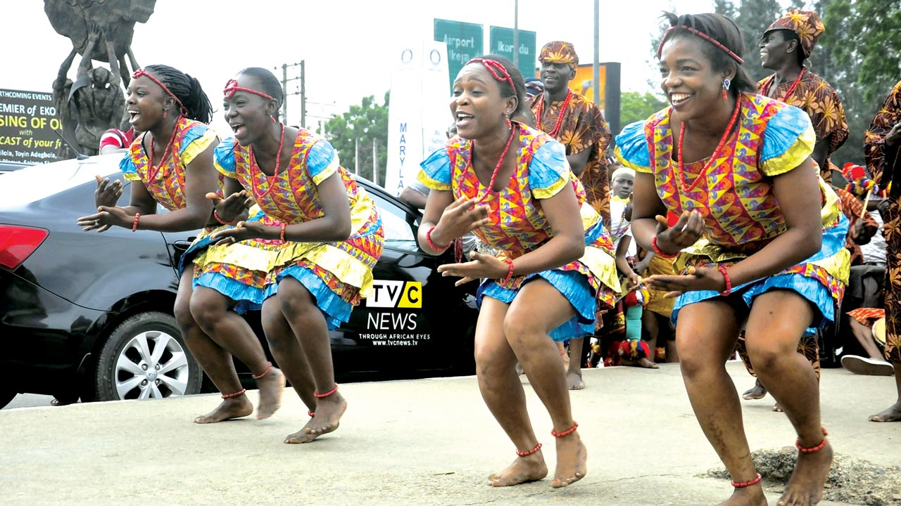Artistes of the National Troupe in performance at Maryland roundabout