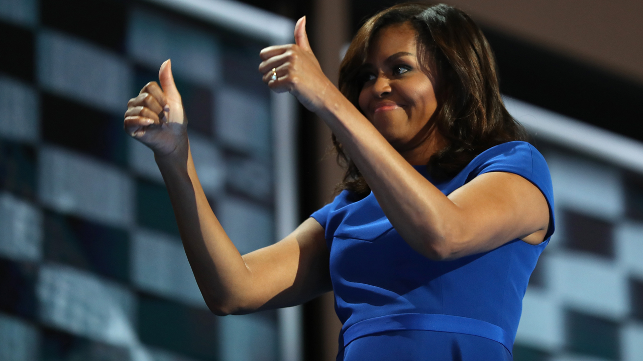 PHILADELPHIA, PA - JULY 25: First lady Michelle Obama gives two thumbs up to the crowd after delivering remarks on the first day of the Democratic National Convention at the Wells Fargo Center, July 25, 2016 in Philadelphia, Pennsylvania. An estimated 50,000 people are expected in Philadelphia, including hundreds of protesters and members of the media. The four-day Democratic National Convention kicked off July 25. Joe Raedle/Getty Images/AFP  JOE RAEDLE / GETTY IMAGES NORTH AMERICA / AFP