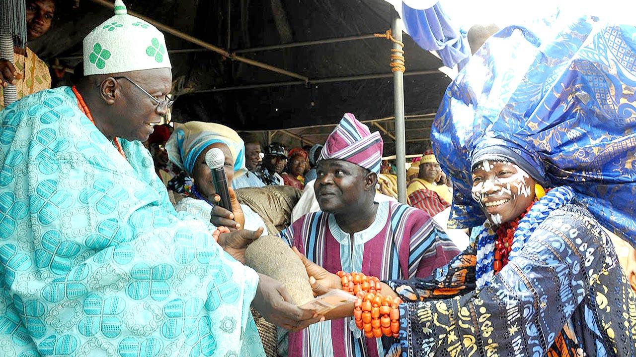 Mrs Nike Okundaye presenting new yam to Ologidi of Ogidiland, Oba Rabiu Oladimeji Sule