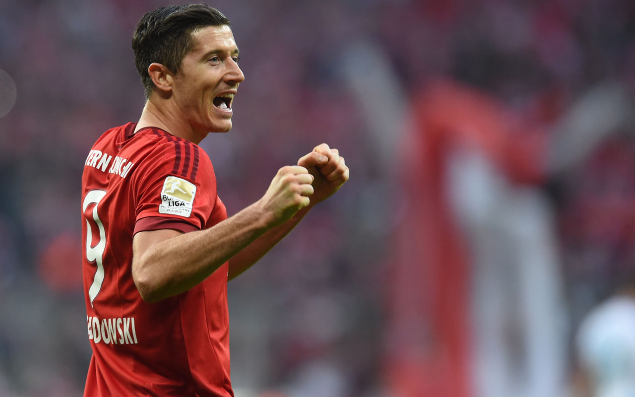 (FILES) This file photo taken on April 16, 2016 shows Bayern Munich's Polish striker Robert Lewandowski celebrating scoring the 2-0 goal during the German first division Bundesliga football match FC Bayern Munich vs Schalke 04 in Munich, southern Germany. / AFP PHOTO / CHRISTOF STACHE