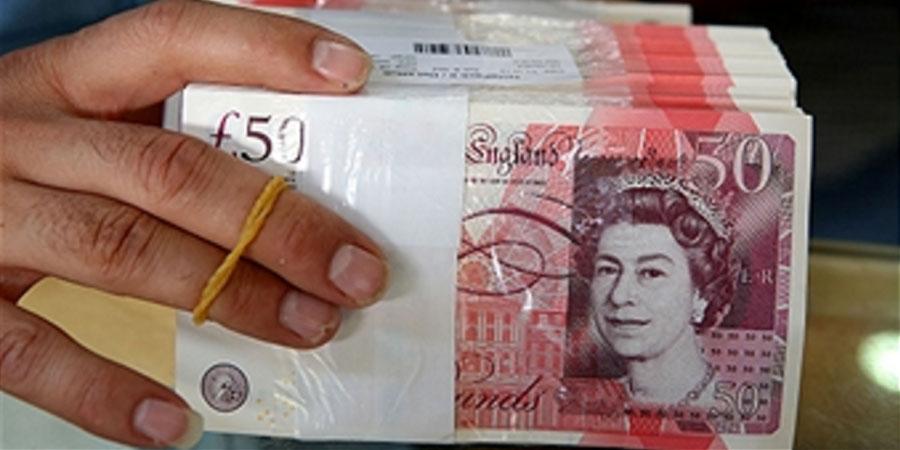 A Kuwaiti Vendor Holds British Pound Banknotes At Money Exchange In Kuwait City