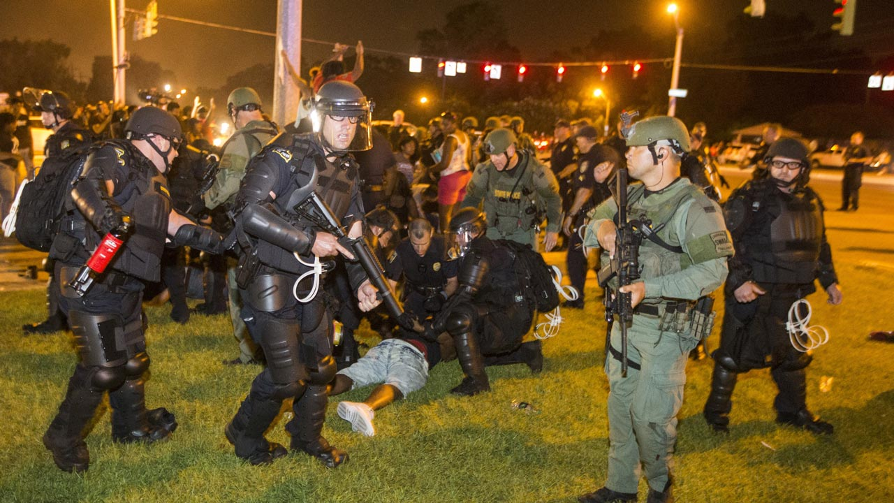 BATON ROUGE, LA -JULY 09: Baton Rouge police rush the crowd of protesters and start making arrest on July 9, 2016 in Baton Rouge, Louisiana. Alton Sterling was shot by a police officer in front of the Triple S Food Mart in Baton Rouge on July 5th, leading the Department of Justice to open a civil rights investigation. Mark Wallheiser/Getty Images/AFP MARK WALLHEISER / GETTY IMAGES NORTH AMERICA / AFP