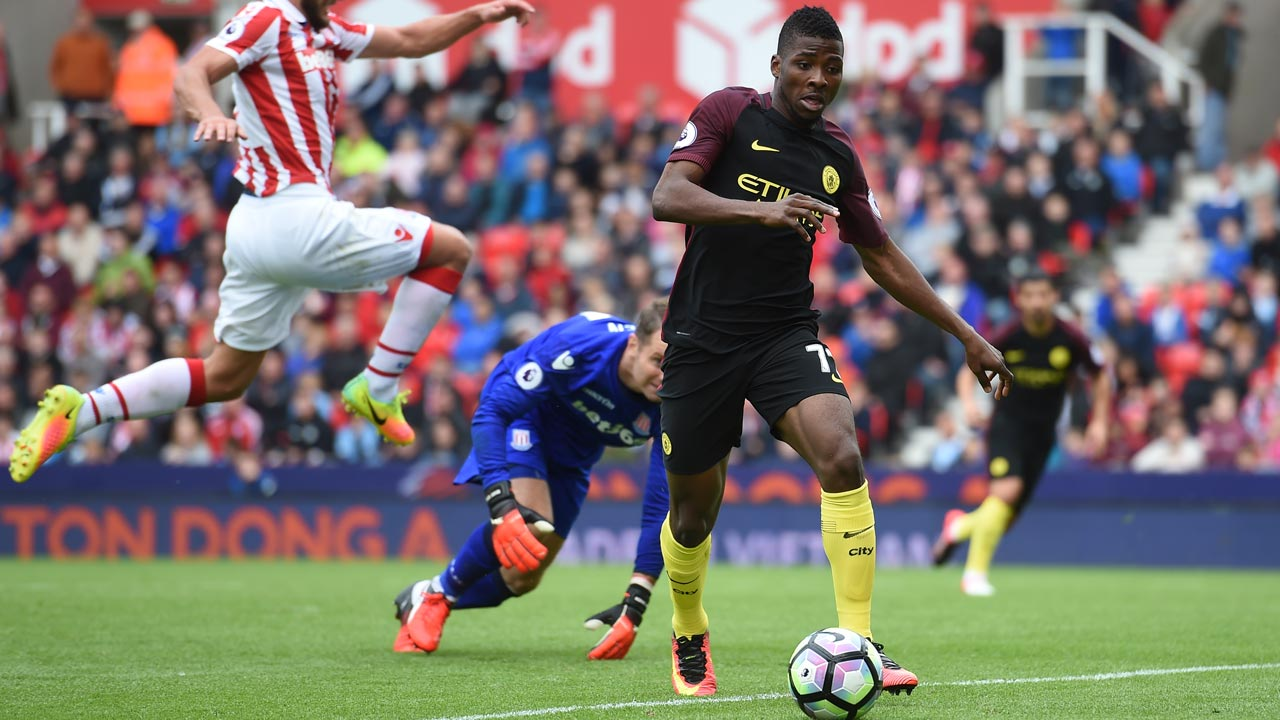 Manchester City's Nigerian striker Kelechi Iheanacho (R) takes the ball past Stoke City's Irish goalkeeper Shay Given in the build up to their third goal during the English Premier League football match between Stoke City and Manchester City at the Bet365 Stadium in Stoke-on-Trent, central England on August 20, 2016. Manchester City won the game 4-1. Paul ELLIS / AFP