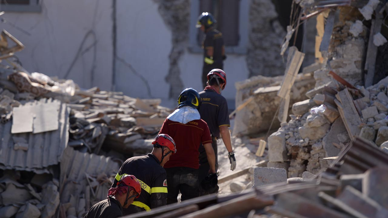Volunteers join rescue and emergency services personnel during search and rescue operations in Amatrice on August 24, 2016 after a powerful earthquake rocked central Italy. A powerful earthquake rattled a remote area of central Italy, leaving at least 120 people dead and and some 368 injured amongst scenes of carnage in mountain villages.  FILIPPO MONTEFORTE / AFP