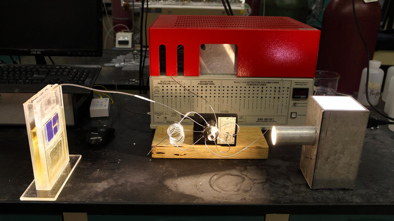 Simulated sunlight powers a solar cell that converts atmospheric carbon dioxide directly into syngas. Credit: University of Illinois at Chicago/Jenny Fontaine Read more at: http://phys.org/news/2016-07-breakthrough-solar-cell-captures-carbon