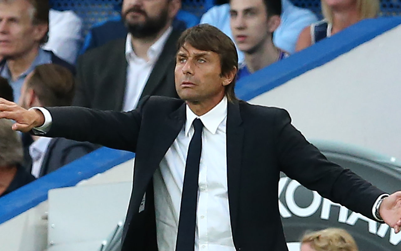 Chelsea's Italian head coach Antonio Conte / AFP PHOTO / Justin TALLIS /