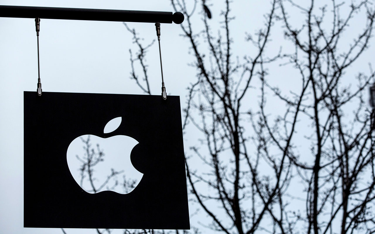 This file photo taken on January 26, 2016 shows the Apple logo at a store in the SoHo neighborhood on January 26, 2016 in New York City/ AFP PHOTO / GETTY IMAGES NORTH AMERICA / Andrew Burton