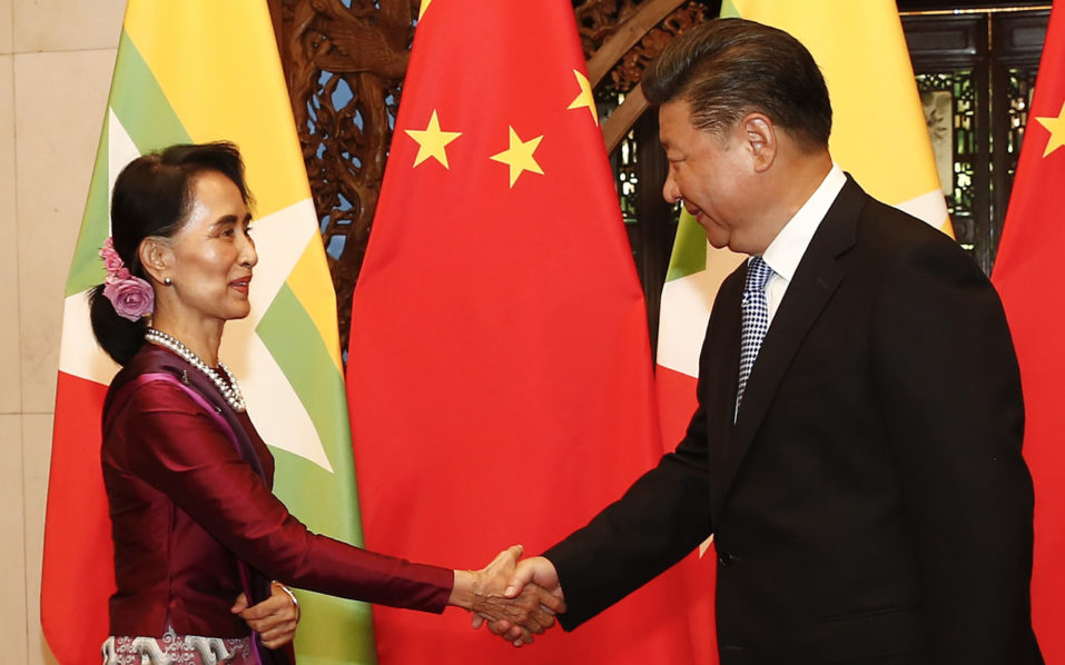 Myanmar State Counsellor Aung San Suu Kyi (L) greets Chinese President Xi Jinping before a meeting at the Diaoyutai State Guesthouse in Beijing on August 19, 2016.  Aung San Suu Kyi is on an official visit and is meeting Chinese officials to boost diplomatic and economic ties.   / AFP PHOTO / POOL / Rolex DELA PENA
