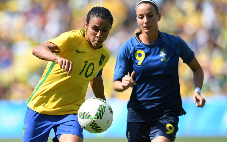Brazil's Marta (L) dribbles past Sweden's Kosovare Asllani during the Brazil vs Sweden game at the Maracana stadium during the Rio 2016 Olympic Games football tournament on August 16, 2016.  Sweden won against Brazil at the penalty shoot-out. / AFP PHOTO / Martin BERNETTI