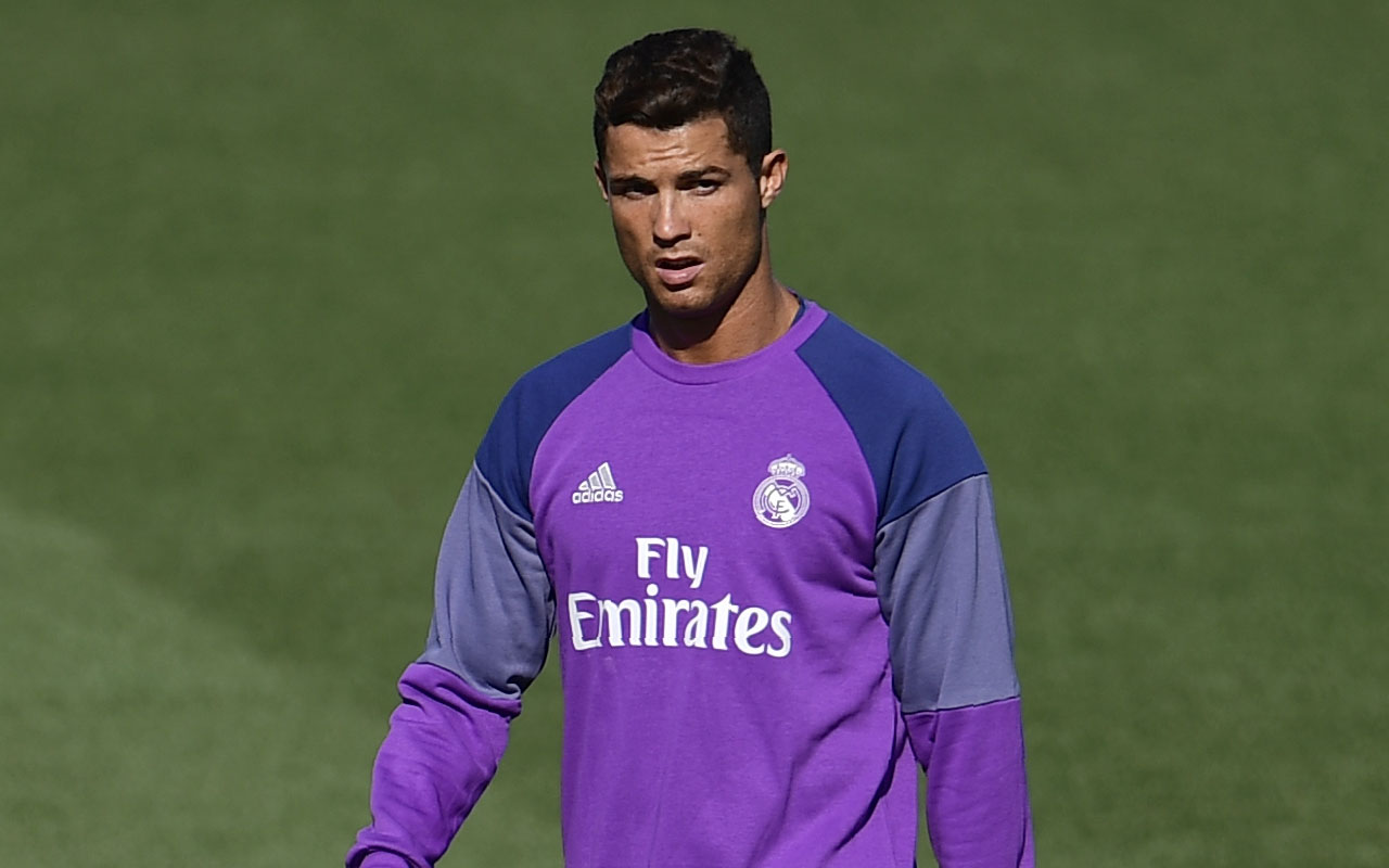Real Madrid's Portuguese forward Cristiano Ronaldo trains at Valdebebas sport city in Madrid on August 20, 2016. / AFP PHOTO / PIERRE-PHILIPPE MARCOU
