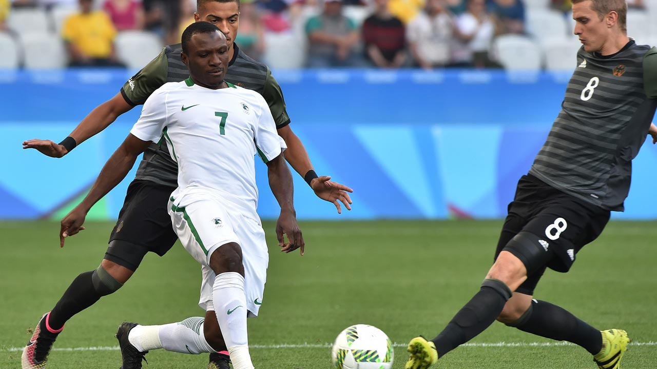 Aminu Umar (L) of Nigeria vies for the ball with Lars Bender (R) of Germany during the Rio 2016 Olympic Games men's semifinal football match Nigeria vs Germany, at the Arena Corinthians Stadium in Sao Paulo, Brazil on August 17, 2016. NELSON ALMEIDA / AFP