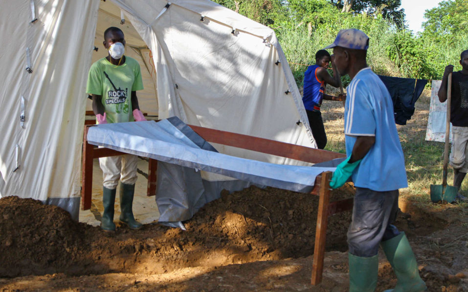 Doctors Without Borders (MSF) staff set up a cholera treatment field camp in Longo, 15 km from Bangui, on August 16, 2016.  At least 16 people have died in the Central African Republic's first cholera outbreak in five years, UNICEF said on August 12, 2016. Cholera is transmitted through contaminated drinking water and causes acute diarrhoea. / AFP PHOTO / EDOUARD DROPSY