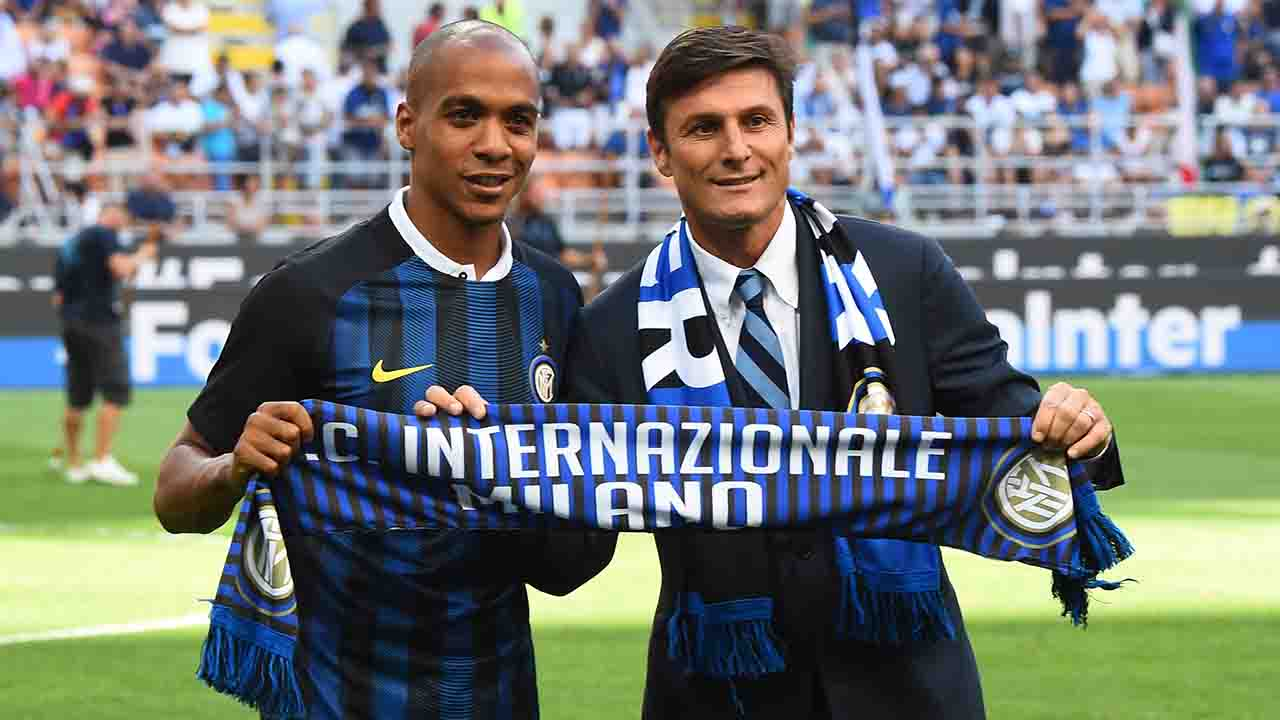 New Inter Milan's Portuguese midfielder Joao Mario (L) and Inter Milan's vice-president Xavier Zanetti hold an Inter Milan scarf together during a presentation before the Italian Serie A football match Inter Milan versus Palermo at the San Siro Stadium in Milan on August 28, 2016.   / AFP PHOTO / GIUSEPPE CACACE