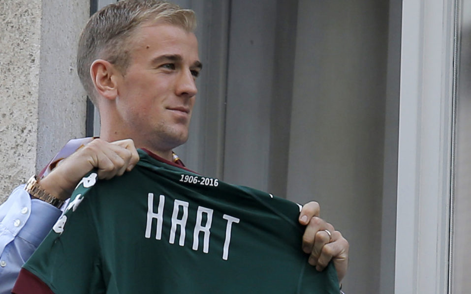 British goalkeeper Joe Hart poses upon his arrival for a medical check before joining the Torino football club from former club Manchester City on August 30, 2016 in Turin. England goalkeeper Joe Hart arrived in Turin on Agust 30 ahead of undergoing a medical that should see him sign a season-long loan deal with the unfashionable Serie A club. Hart, 29, has fallen out of favour with Pep Guardiola at Manchester City following the signing of Claudio Bravo from Barcelona and is set to join Torino in a bid to preserve his club future and international career following England's spectacular Euro 2016 exit. / AFP PHOTO / Marco BERTORELLO
