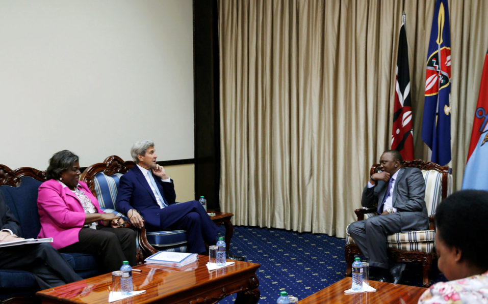 US Secretary of State John Kerry (C) and US Assistant Secretary of State for Africa Linda Thomas-Greenfield (2-L) speak with Kenya's President Uhuru Kenyatta (4-R) before their bilateral talks at the State House in Nairobi on August 22, 2016.  US Secretary of State John Kerry met with Kenya President Uhuru Kenyatta in Nairobi on August 22 to discuss regional security, stability and terrorism. Later Kerry met with the foreign ministers of Kenya, Somalia, South Sudan, Sudan and Uganda for discussions on a faltering peace agreement in South Sudan and looming elections in Somalia. / AFP PHOTO / POOL / THOMAS MUKOYA