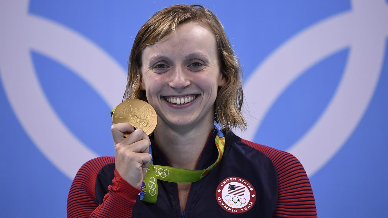 USA's Katie Ledecky poses with her gold medal on the podium of the Women's 800m Freestyle Final during the swimming event at the Rio 2016 Olympic Games at the Olympic Aquatics Stadium in Rio de Janeiro on August 12, 2016. GABRIEL BOUYS / AFP