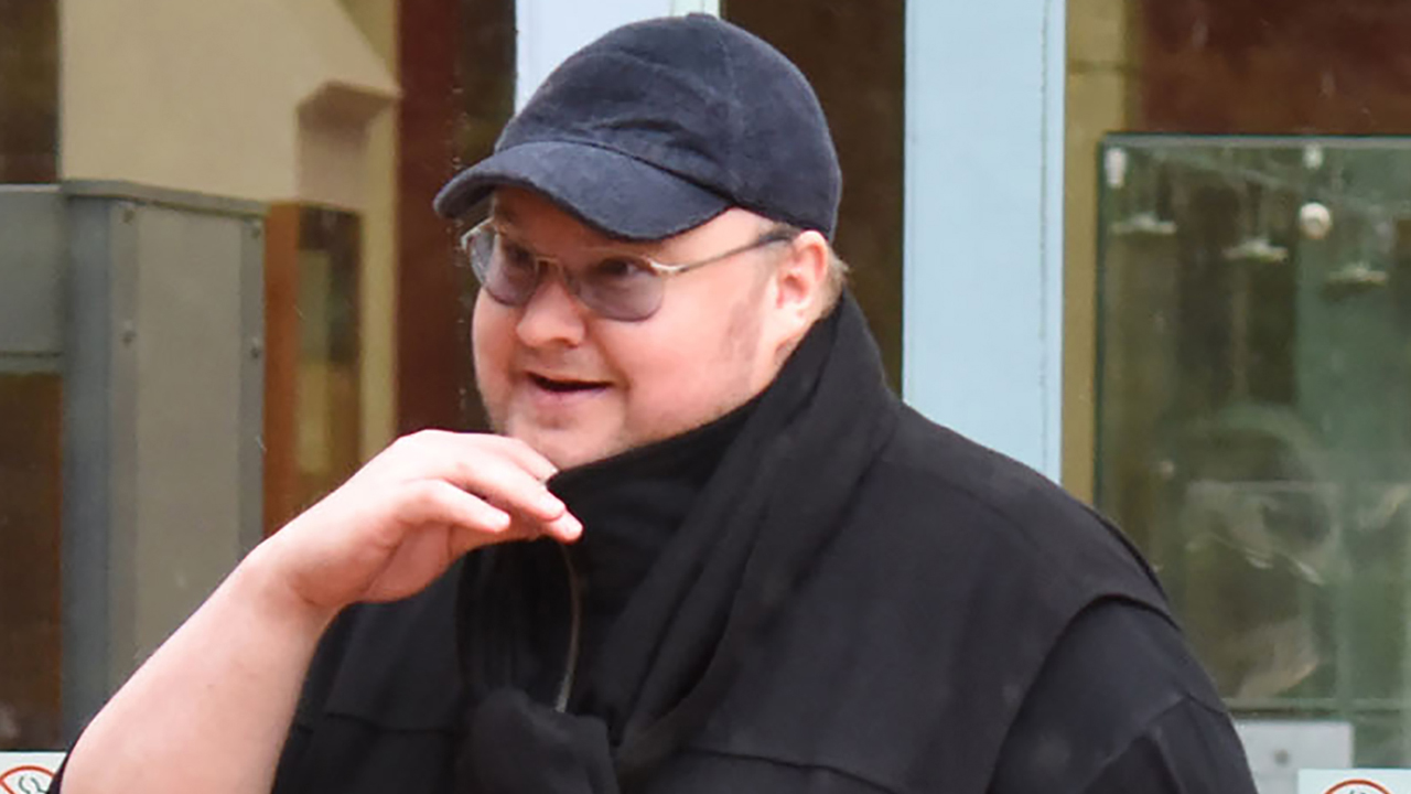 In this photo taken on August 29, 2016, Internet mogul Kim Dotcom leaves following his extradition appeal at the High Court in Auckland. Internet entrepreneur Kim Dotcom was on August 30 granted his wish to live-stream his bid to avoid extradition to the United States where he is wanted on online piracy charges. / AFP PHOTO / KATE DWEK