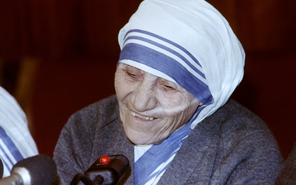 Mother Teresa holds a press conference at the Peace Committee in Moscow on December 21, 1988 after her return from Armenia. / AFP PHOTO / Vitaly ARMAND