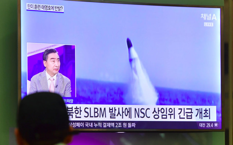 A man watches a television news showing file footage of a North Korean missile launch at Incheon airport, west of Seoul, on August 24, 2016. North Korea test-fired a submarine–launched ballistic missile on August 24, days after threatening a nuclear strike in retaliation at the start of large-scale South Korea-US military exercises. / AFP PHOTO / JUNG YEON-JE