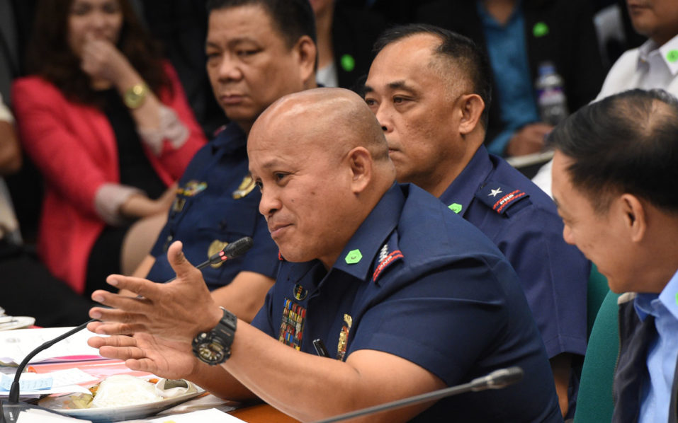 In this photo taken on August 23, 2016 shows Philippine National Police director general Roland Dela Rosa, gesturing while speaking during the Senate inquiry into the alleged spate of extra judicial killings in the war aganst crime. Philippine police chief Dela Rosa has called on drug users to kill their suppliers and burn their homes as he seeks to maintain momentum in President Rodrigo Duterte's controversial crime war that has claimed 2,000 lives / AFP PHOTO / TED ALJIBE
