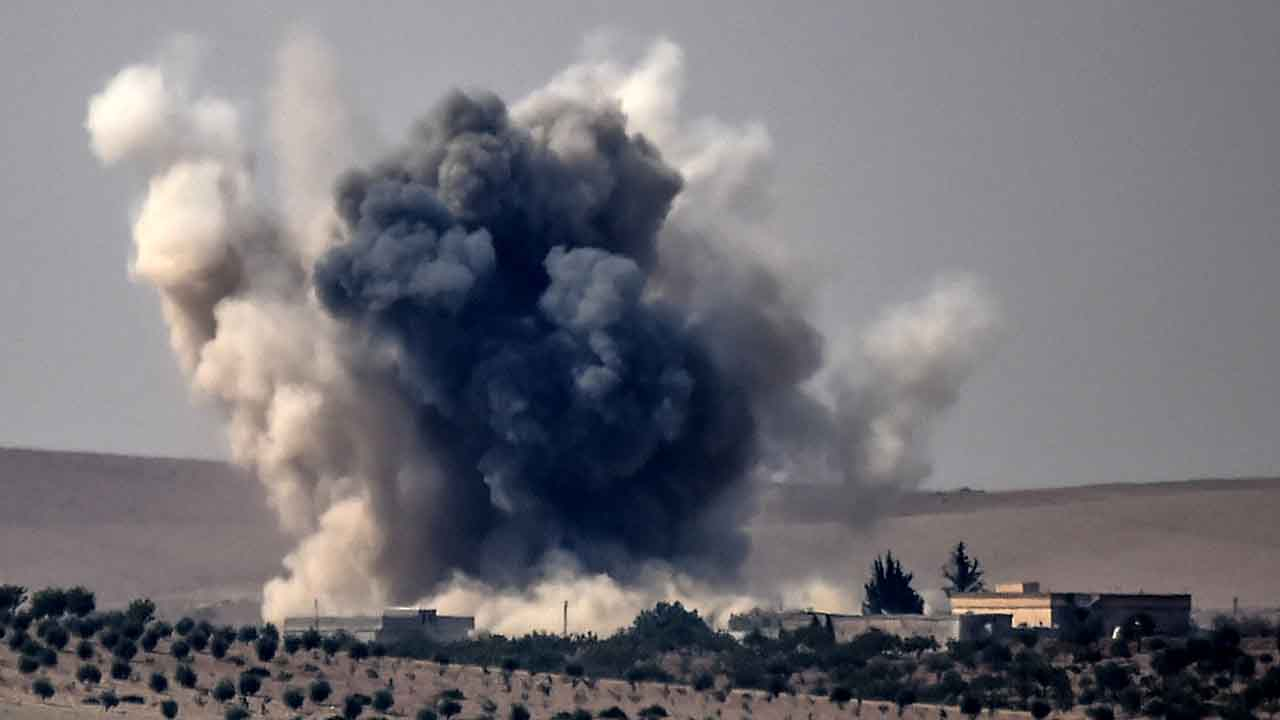 This picture taken from the Turkish Syrian border city of Karkamis in the southern region of Gaziantep, on August 24, 2016 shows smoke billows following air strikes by a Turkish Army jet fighter on the Syrian Turkish border village of Jarabulus during fighting against IS targets. Turkey's army backed by international coalition air strikes launched an operation involving fighter jets and elite ground troops to drive Islamic State jihadists out of a key Syrian border town. / AFP PHOTO / BULENT KILIC