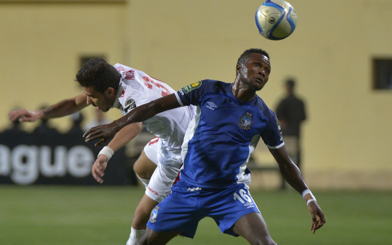 Moustafa Fathi (L) of Egypt's Zamalek club fights for the ball with Oluwadamilare Moses Ojo (R) of Nigeria's Enyimba FC during the Confederation of African Football (CAF) Champions League match at Petro Sport stadium in Cairo on August 15, 2016. / AFP PHOTO / KHALED DESOUKI