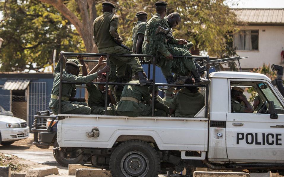 Zambian police officers patrol in Lusaka/ AFP PHOTO / GIANLUIGI GUERCIA