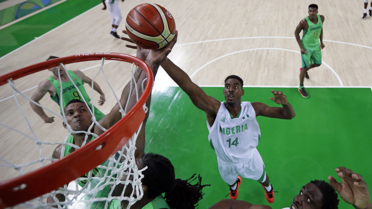 Brazil's power forward Rafael Hettsheimeir (L) and Nigeria's power forward Alade Aminu (C) go for a rebound during a Men's round Group B basketball match between Nigeria and Brazil at the Carioca Arena 1 in Rio de Janeiro on August 15, 2016 during the Rio 2016 Olympic Games. Eric Gay / POOL / AFP