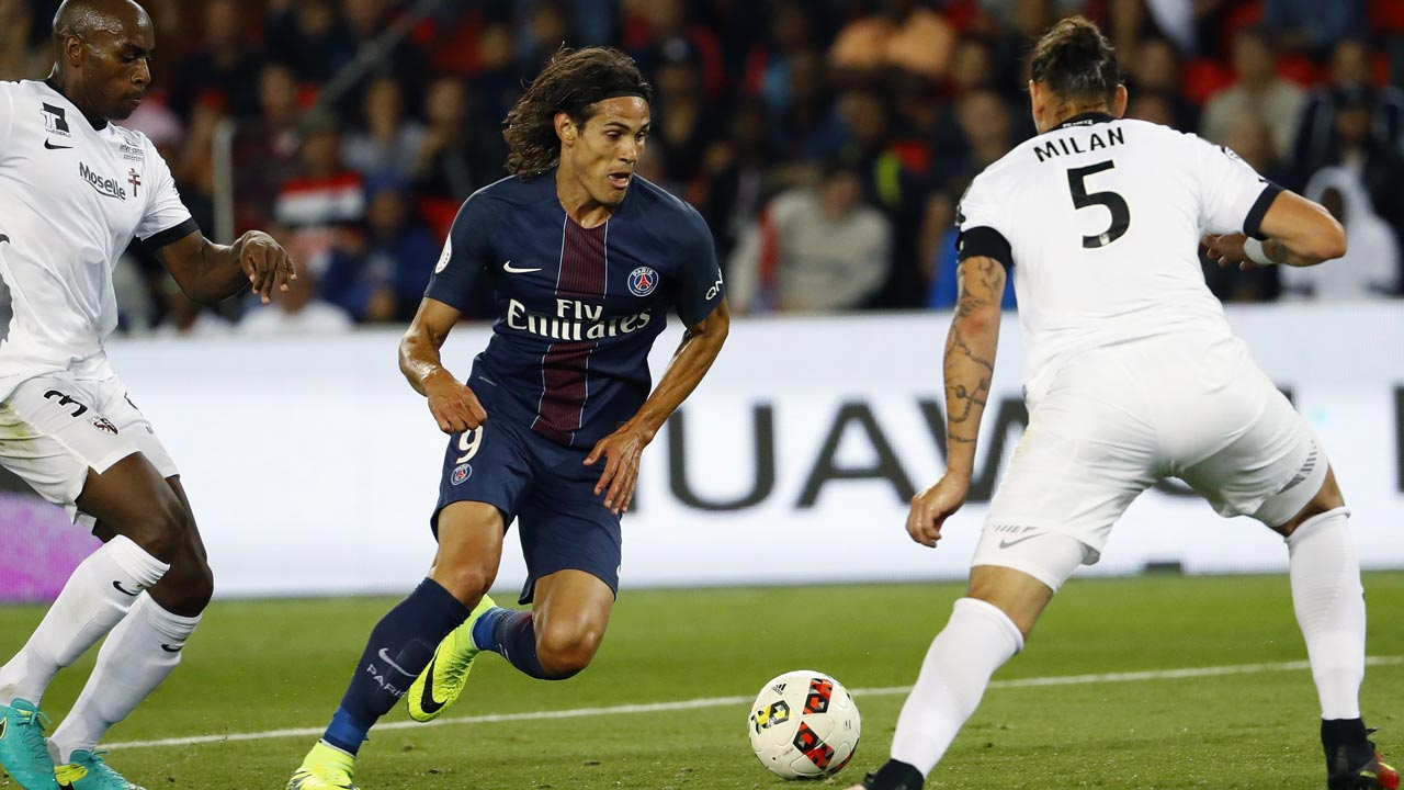 Paris Saint-Germain's Uruguayan forward Edinson Cavani (L) vies for the ball with Metz's Italian defender Guido Milan during the French L1 football match PSG vs Metz on August 21, 2016, at the Parc des Princes stadium in Paris. PATRICK KOVARIK / AFP